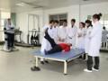 长春东方学院康复治疗系学生在实训室接受专家指导
